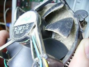 забитый пылью кулер - причина выключения компьютера