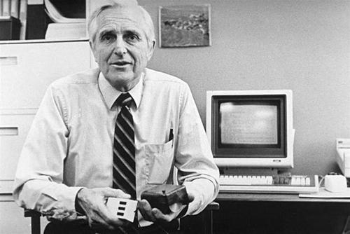 Дуглас Карл Энгельбарт создал компьютерную мышку